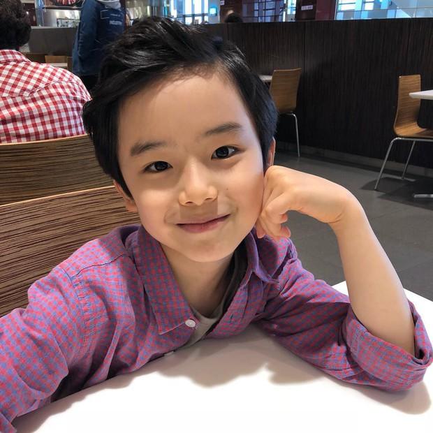 Sao nhí 9 tuổi của Thư ký Kim bỗng thành hiện tượng vì quá điển trai, tài năng: Nam thần tương lai đây rồi! - Ảnh 3.