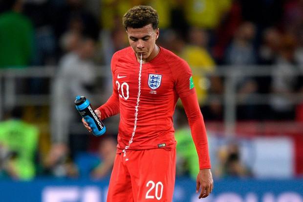 World Cup 2018: Tại sao các cầu thủ thi nhau súc miệng rồi nhổ nước ra sân? - Ảnh 2.
