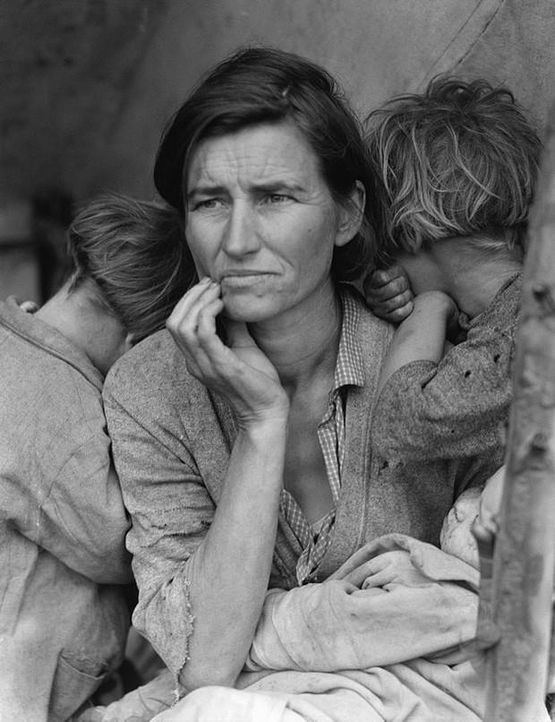 Vào thời kì Đại suy thoái, các công ty sản xuất bột mì đã in họa tiết lên bao vải để các mẹ có thể tái chế thành quần áo đẹp cho trẻ em - Ảnh 1.