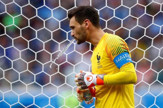 World Cup 2018: Tại sao các cầu thủ thi nhau súc miệng rồi nhổ nước ra sân? - Ảnh 4.