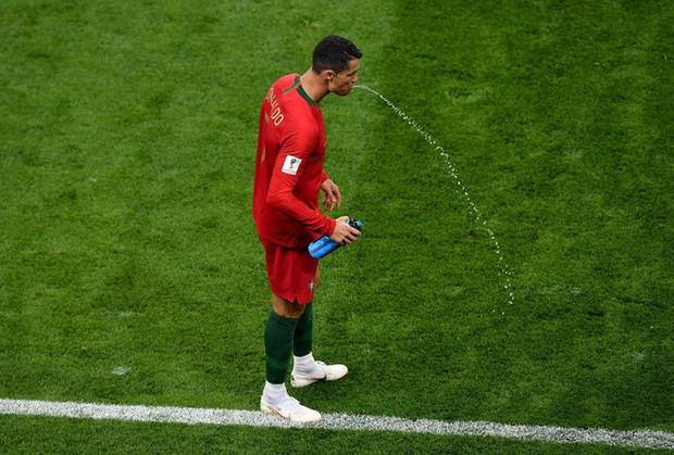 World Cup 2018: Tại sao các cầu thủ thi nhau súc miệng rồi nhổ nước ra sân? - Ảnh 5.