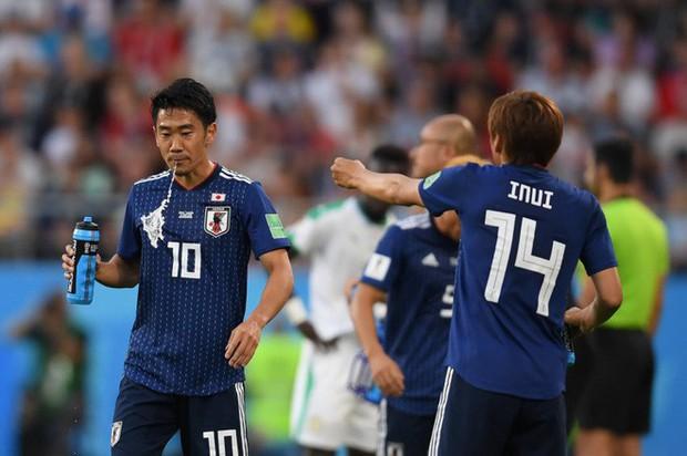 World Cup 2018: Tại sao các cầu thủ thi nhau súc miệng rồi nhổ nước ra sân? - Ảnh 6.
