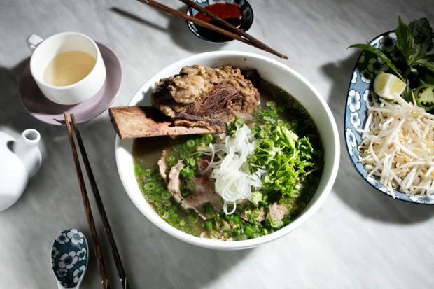 Theo chân blogger ẩm thực nổi tiếng trên Youtube khám phá sự khác biệt của phở Hà Nội và phở Sài Gòn - Ảnh 1.
