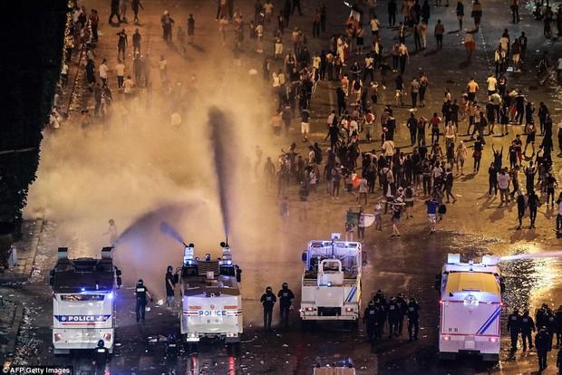 Cổ động viên Pháp quẩy quá đà, đốt pháo sáng và đập phá hàng quán nên bị cảnh sát dùng vòi rồng giải tán - Ảnh 2.