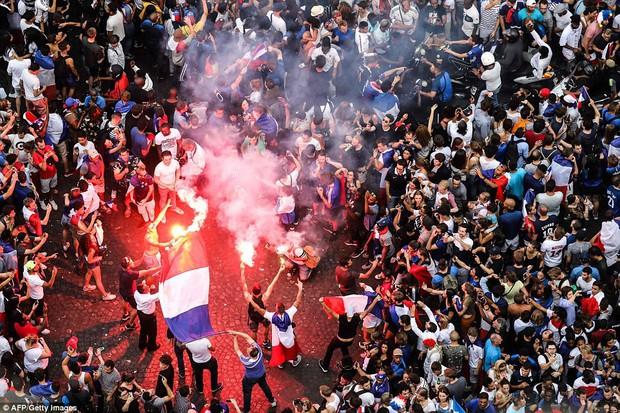 Cổ động viên Pháp quẩy quá đà, đốt pháo sáng và đập phá hàng quán nên bị cảnh sát dùng vòi rồng giải tán - Ảnh 4.