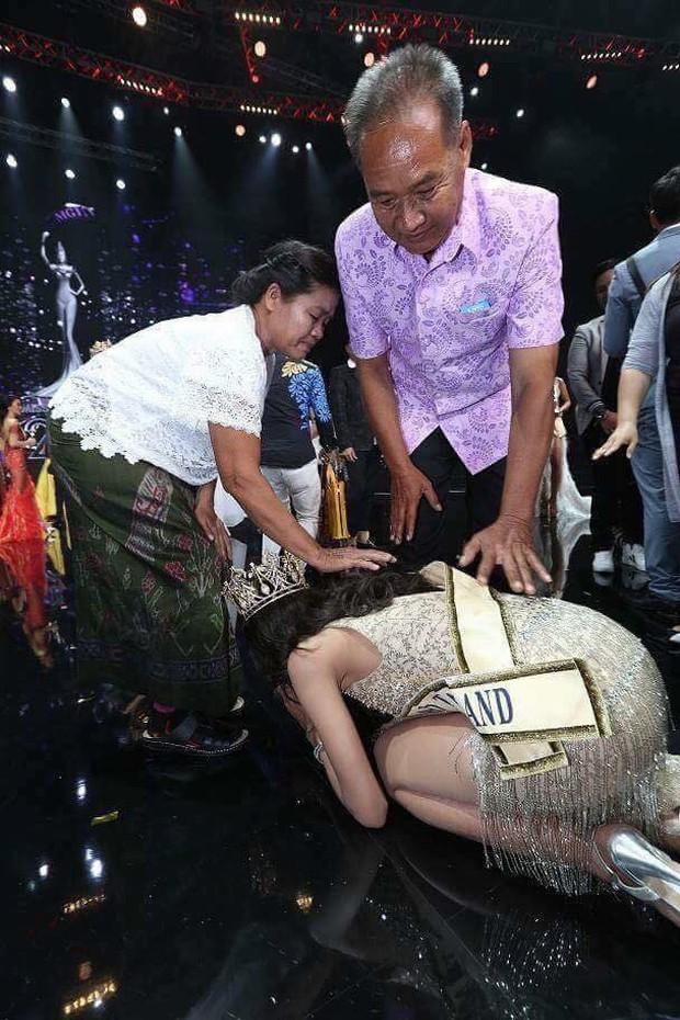 Cảm động hình ảnh Tân Hoa hậu Hòa bình Thái Lan quỳ rạp dưới chân hai đấng sinh thành tỏ lòng biết ơn - Ảnh 2.
