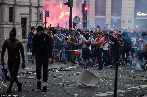 Cổ động viên Pháp quẩy quá đà, đốt pháo sáng và đập phá hàng quán nên bị cảnh sát dùng vòi rồng giải tán - Ảnh 6.