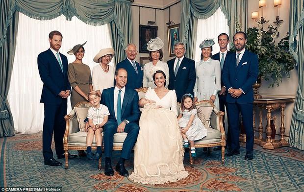 Hoàng gia Anh công bố bộ ảnh gia đình mới nhất trong dịp lễ rửa tội của Hoàng tử Louis - Ảnh 2.