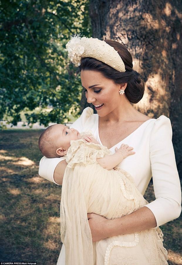 Hoàng gia Anh công bố bộ ảnh gia đình mới nhất trong dịp lễ rửa tội của Hoàng tử Louis - Ảnh 4.