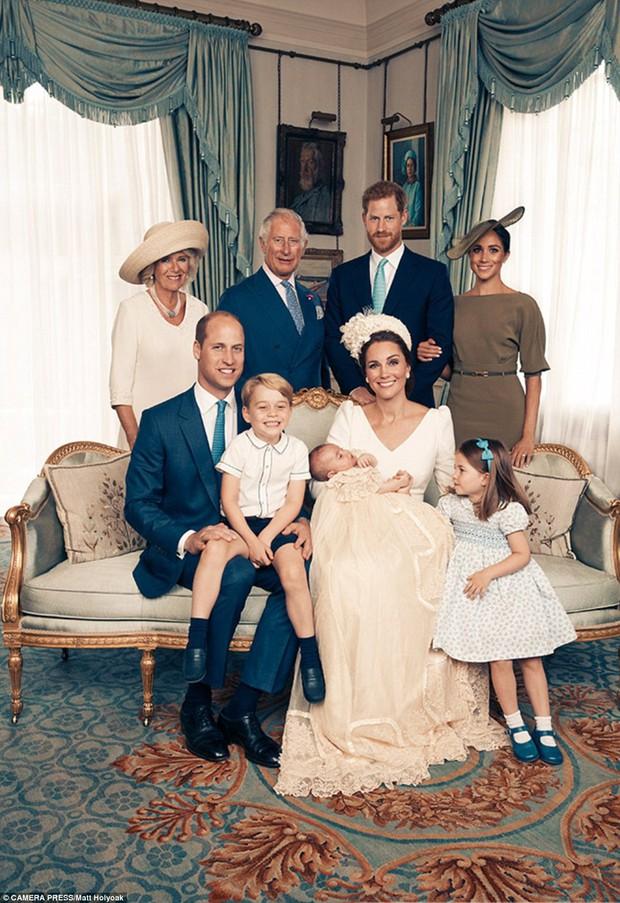 Hoàng gia Anh công bố bộ ảnh gia đình mới nhất trong dịp lễ rửa tội của Hoàng tử Louis - Ảnh 3.