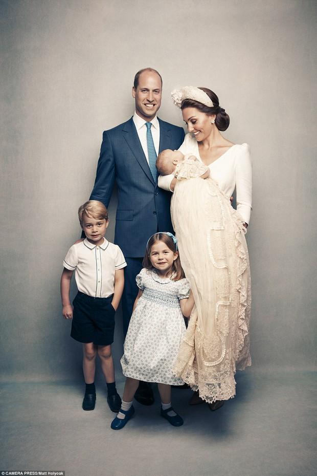 Hoàng gia Anh công bố bộ ảnh gia đình mới nhất trong dịp lễ rửa tội của Hoàng tử Louis - Ảnh 1.