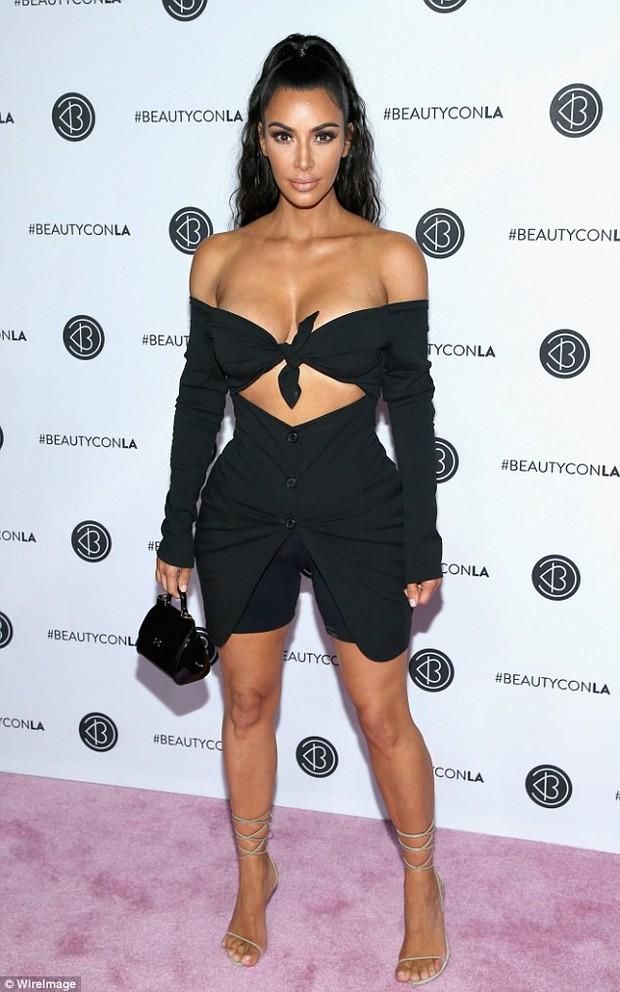 Kim Kardashian diện áo trễ nải suýt hớ hênh cả vòng 1 khủng khi cúi xuống - Ảnh 1.