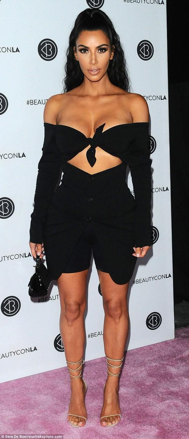 Kim Kardashian diện áo trễ nải suýt hớ hênh cả vòng 1 khủng khi cúi xuống - Ảnh 3.