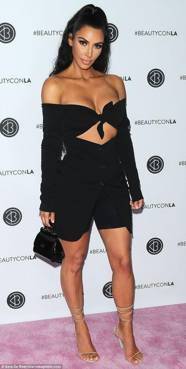Kim Kardashian diện áo trễ nải suýt hớ hênh cả vòng 1 khủng khi cúi xuống - Ảnh 4.