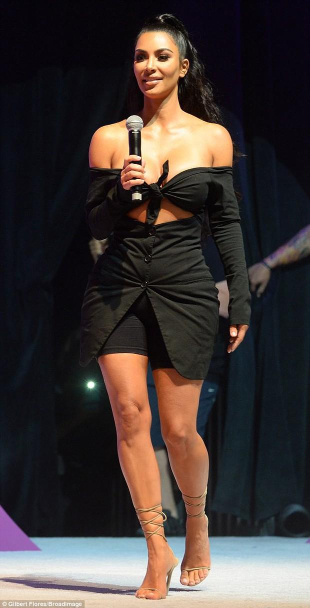 Kim Kardashian diện áo trễ nải suýt hớ hênh cả vòng 1 khủng khi cúi xuống - Ảnh 5.