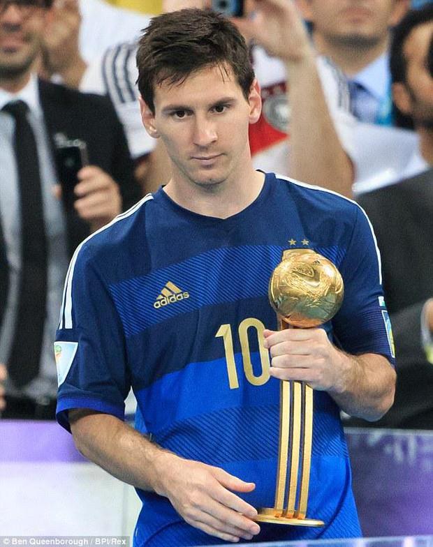 Modric gợi nhớ hình ảnh Messi, buồn bã nhận giải Quả bóng vàng World Cup 2018 - Ảnh 2.
