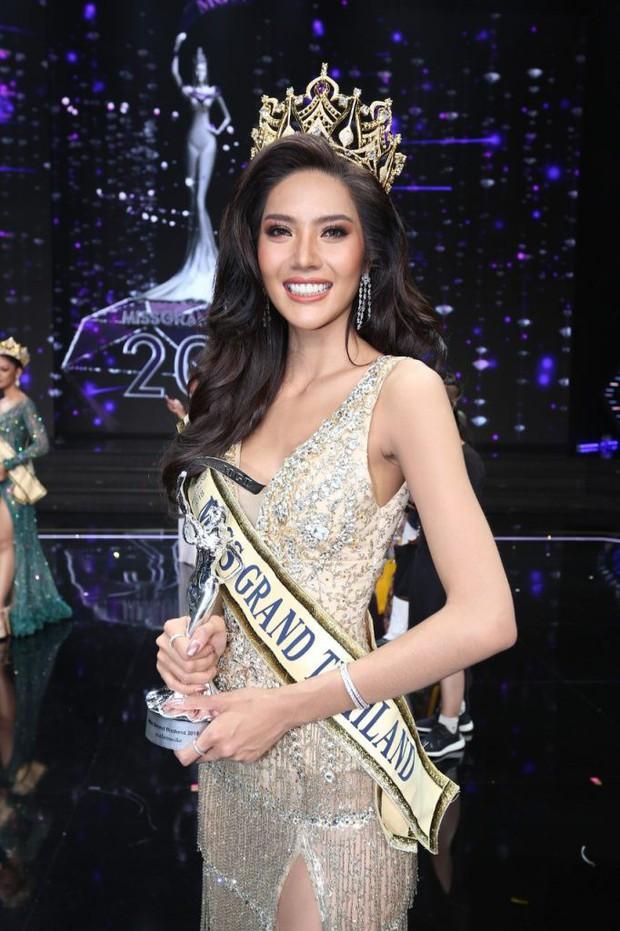 Cảm động hình ảnh Tân Hoa hậu Hòa bình Thái Lan quỳ rạp dưới chân hai đấng sinh thành tỏ lòng biết ơn - Ảnh 4.