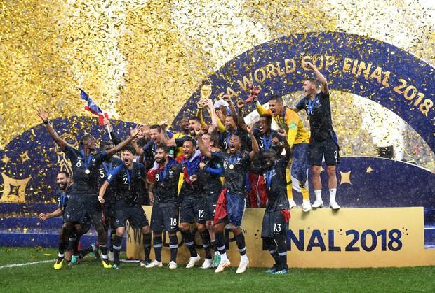 Khoảnh khắc lịch sử: Dàn sao đội tuyển Pháp thay nhau hôn Cúp vàng thế giới - Ảnh 6.