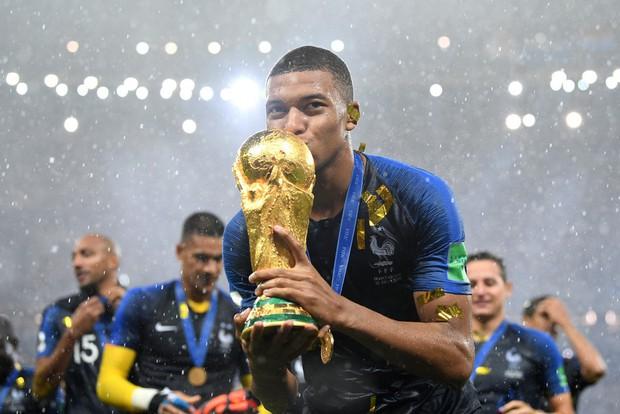 Khoảnh khắc lịch sử: Dàn sao đội tuyển Pháp thay nhau hôn Cúp vàng thế giới - Ảnh 4.