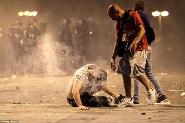 Cổ động viên Pháp quẩy quá đà, đốt pháo sáng và đập phá hàng quán nên bị cảnh sát dùng vòi rồng giải tán - Ảnh 3.