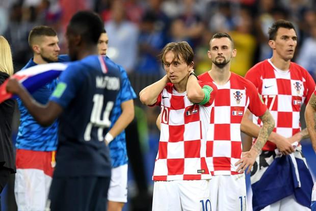 Modric gợi nhớ hình ảnh Messi, buồn bã nhận giải Quả bóng vàng World Cup 2018 - Ảnh 3.