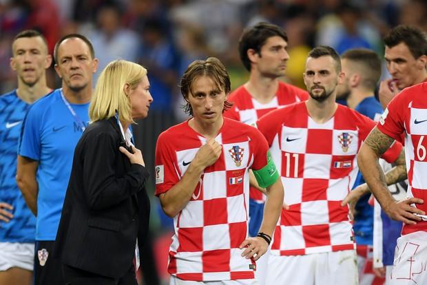 Modric gợi nhớ hình ảnh Messi, buồn bã nhận giải Quả bóng vàng World Cup 2018 - Ảnh 4.