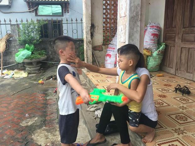 [Ảnh] Con trẻ liên tục rơi nước mắt, đòi xuống Hà Nội cùng mẹ vụ bệnh viện trao nhầm con - Ảnh 13.