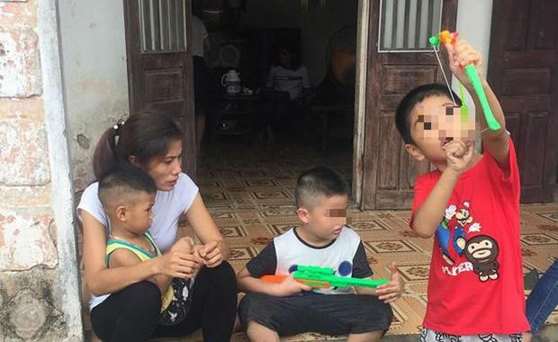 [Ảnh] Con trẻ liên tục rơi nước mắt, đòi xuống Hà Nội cùng mẹ vụ bệnh viện trao nhầm con - Ảnh 8.