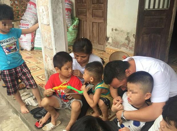 [Ảnh] Con trẻ liên tục rơi nước mắt, đòi xuống Hà Nội cùng mẹ vụ bệnh viện trao nhầm con - Ảnh 10.