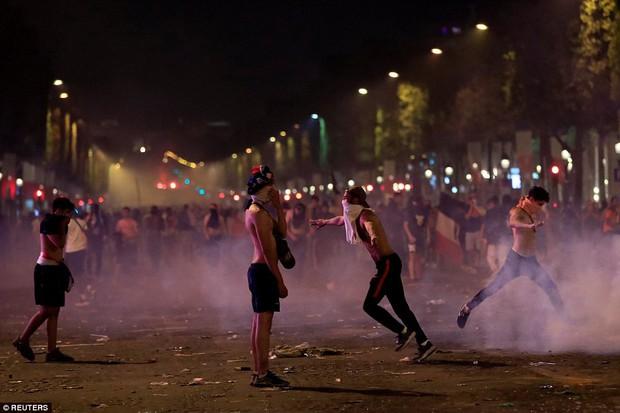 Cổ động viên Pháp quẩy quá đà, đốt pháo sáng và đập phá hàng quán nên bị cảnh sát dùng vòi rồng giải tán - Ảnh 5.