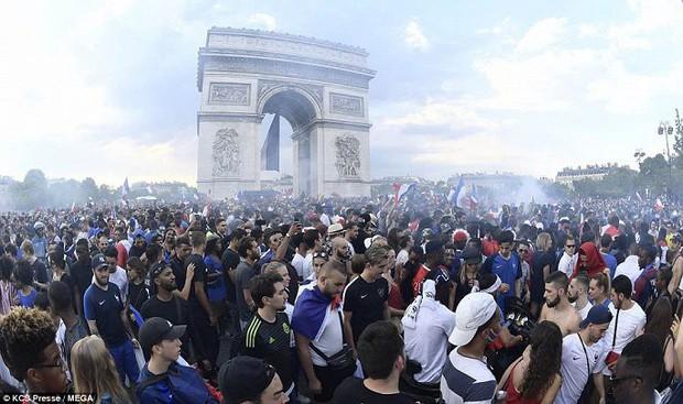 Chùm ảnh: Thành phố Paris ngổn ngang, tan hoang sau những đêm ăn mừng chiến thắng - Ảnh 2.