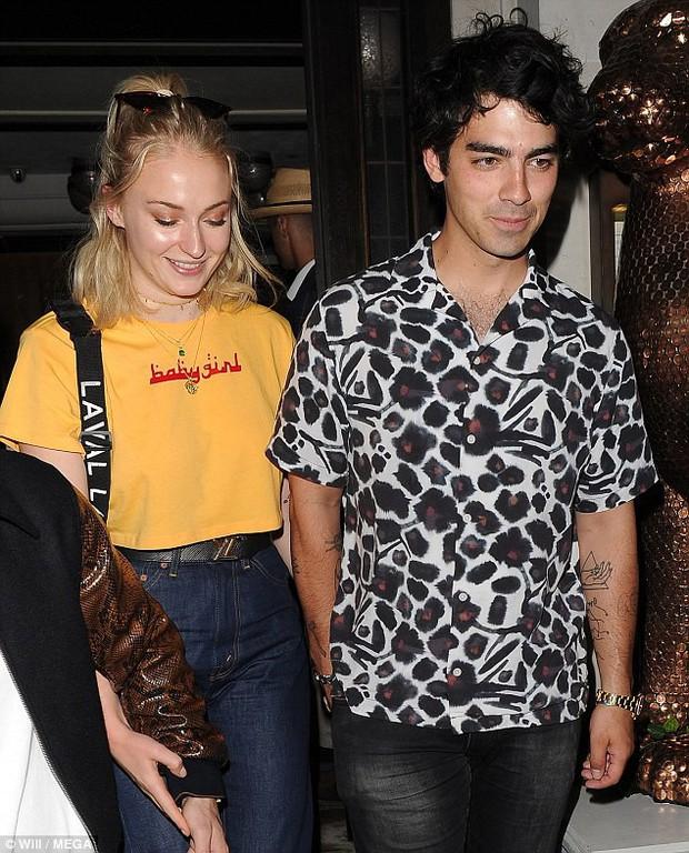 Chênh lệch lớn về tuổi tác lẫn chiều cao, Nick Jonas và Hoa hậu Thế giới vẫn hạnh phúc đáng ngưỡng mộ - Ảnh 2.