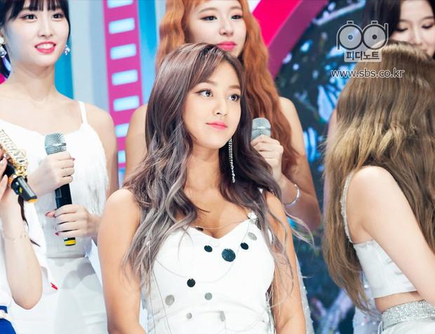 Da nâu khỏe khoắn khác hẳn chuẩn mực da trắng kiểu Hàn, Jihyo (Twice) vẫn được netizen khen tận trên mây - Ảnh 1.