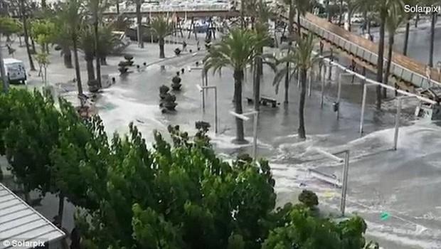 Sóng thần ập vào nhiều bãi biển Tây Ban Nha - Ảnh 2.