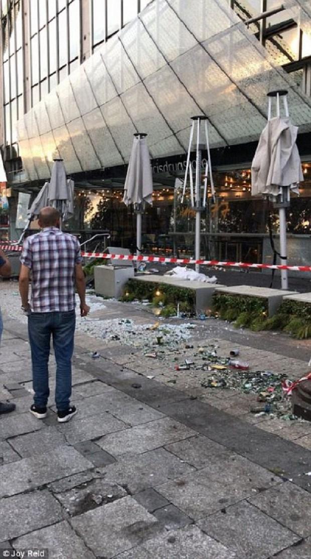 Chùm ảnh: Thành phố Paris ngổn ngang, tan hoang sau những đêm ăn mừng chiến thắng - Ảnh 4.
