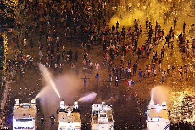 Chùm ảnh: Thành phố Paris ngổn ngang, tan hoang sau những đêm ăn mừng chiến thắng - Ảnh 7.