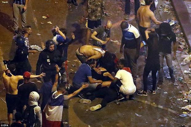 Chùm ảnh: Thành phố Paris ngổn ngang, tan hoang sau những đêm ăn mừng chiến thắng - Ảnh 8.