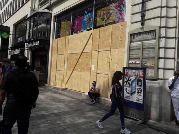 Chùm ảnh: Thành phố Paris ngổn ngang, tan hoang sau những đêm ăn mừng chiến thắng - Ảnh 10.