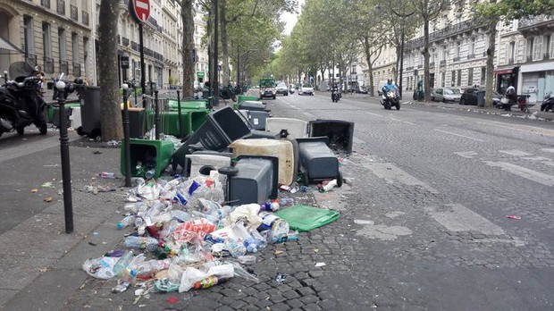 Chùm ảnh: Thành phố Paris ngổn ngang, tan hoang sau những đêm ăn mừng chiến thắng - Ảnh 11.