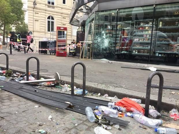 Chùm ảnh: Thành phố Paris ngổn ngang, tan hoang sau những đêm ăn mừng chiến thắng - Ảnh 12.