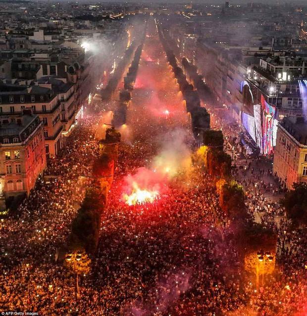 Chùm ảnh: Thành phố Paris ngổn ngang, tan hoang sau những đêm ăn mừng chiến thắng - Ảnh 13.