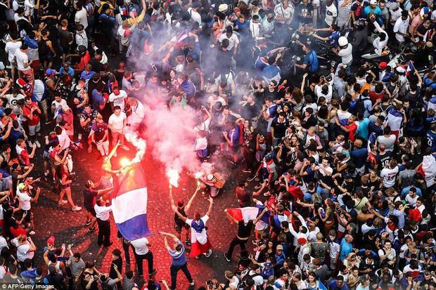 Chùm ảnh: Thành phố Paris ngổn ngang, tan hoang sau những đêm ăn mừng chiến thắng - Ảnh 15.
