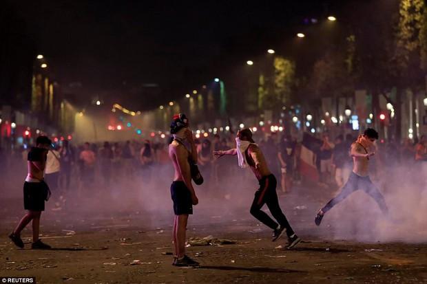 Chùm ảnh: Thành phố Paris ngổn ngang, tan hoang sau những đêm ăn mừng chiến thắng - Ảnh 16.