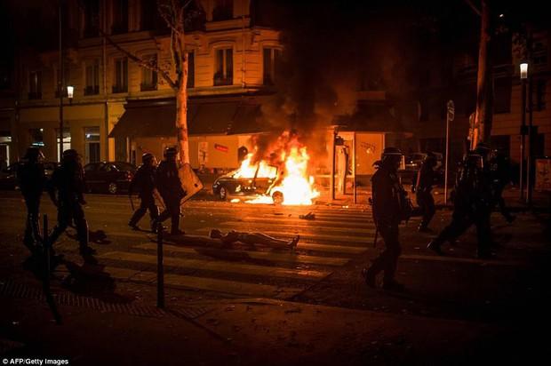 Chùm ảnh: Thành phố Paris ngổn ngang, tan hoang sau những đêm ăn mừng chiến thắng - Ảnh 18.