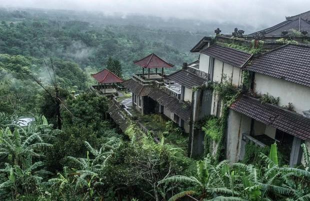 Khách sạn bỏ hoang bí ẩn trên đảo Bali: Hoàn hảo từ kiến trúc đến vị thế nhưng không bao giờ mở cửa - Ảnh 1.