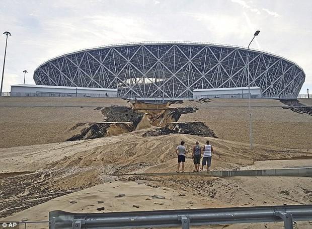 Sân vận động World Cup 2018 tại Nga bị tàn phá nghiêm trọng chỉ sau một cơn mưa - Ảnh 1.