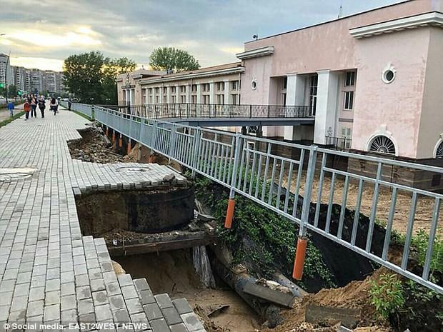 Sân vận động World Cup 2018 tại Nga bị tàn phá nghiêm trọng chỉ sau một cơn mưa - Ảnh 10.