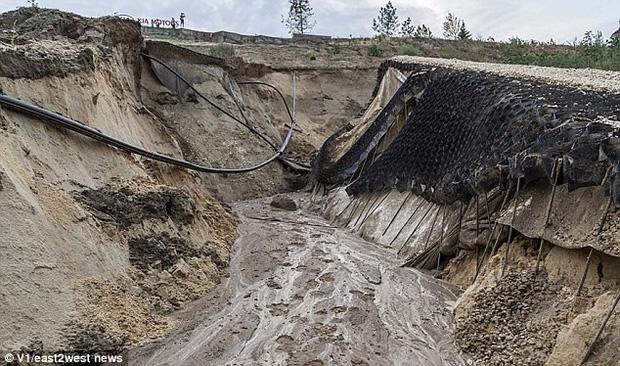 Sân vận động World Cup 2018 tại Nga bị tàn phá nghiêm trọng chỉ sau một cơn mưa - Ảnh 13.