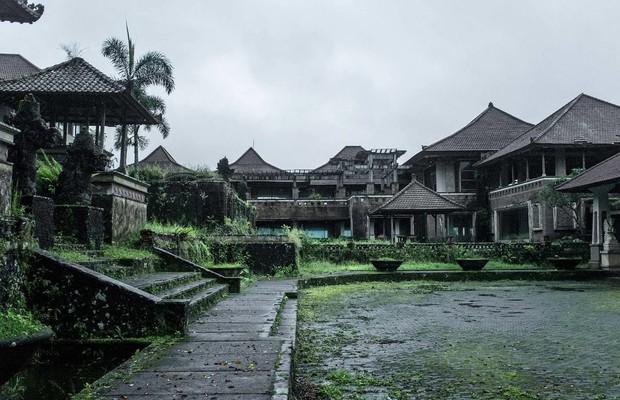 Khách sạn bỏ hoang bí ẩn trên đảo Bali: Hoàn hảo từ kiến trúc đến vị thế nhưng không bao giờ mở cửa - Ảnh 3.