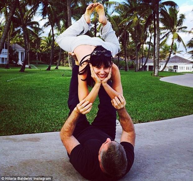 Trải qua 4 lần sinh nở, nữ hoàng yoga Hilaria Baldwin vẫn giữ dáng như thời con gái son trẻ: Tất cả bí quyết của cô ấy là đây - Ảnh 5.